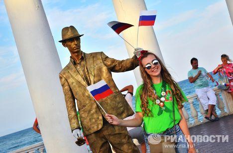 Отдыхающие возле ротонды на набережной Алушты в Крыму