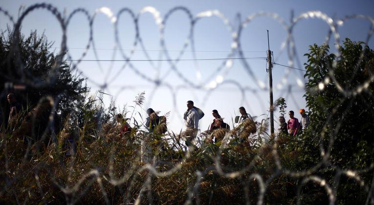 Беженцы неподалеку от города Реске после перехода сербско-венгерской границы