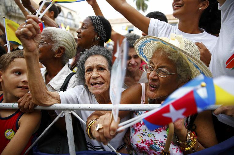 Кубинцы стараются пробраться ближе к папе Франциску после службы в Кафедральном соборе Гаваны
