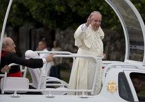 Папа Франциск и кубинский кардинал Хайме Лукас Ортега-и-Аламино прибывают в Апостольскую нунциатуру Гаваны