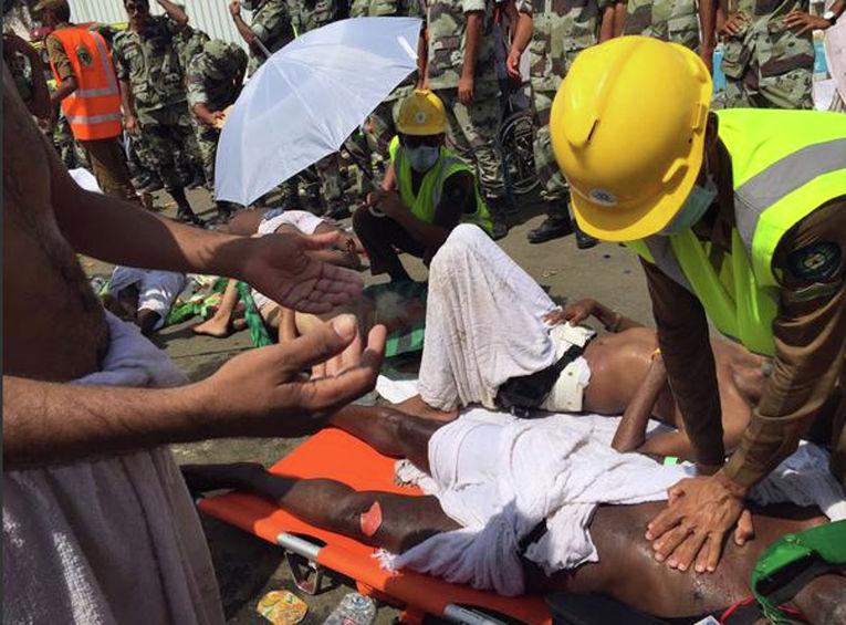 Работа спасательных служб на месте давки в долине Мина близ Мекки, Саудовская Аравия