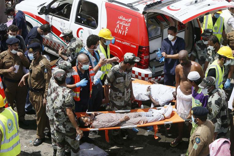 Спасатели помогают пострадавшим во время давки в Мине