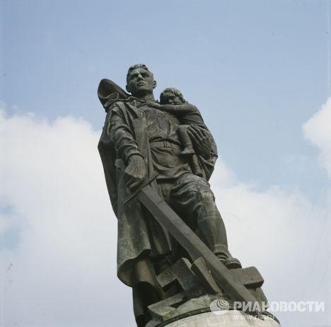 Памятник советскому воину-освободителю в Трептов-парке