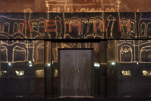Отражение иллюминации ГУМа в стене Мавзолея