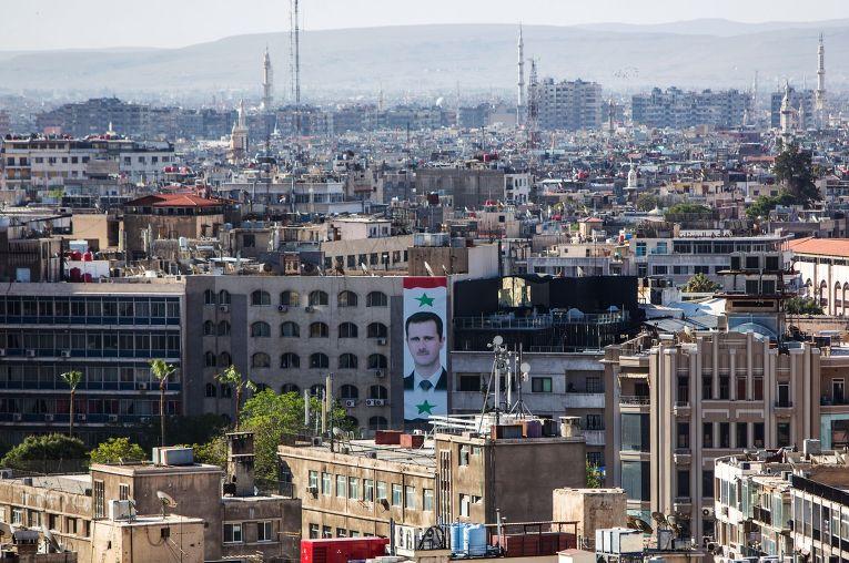 Портрет президента Сирии Башара Асада на стене дома в центре Дамаска