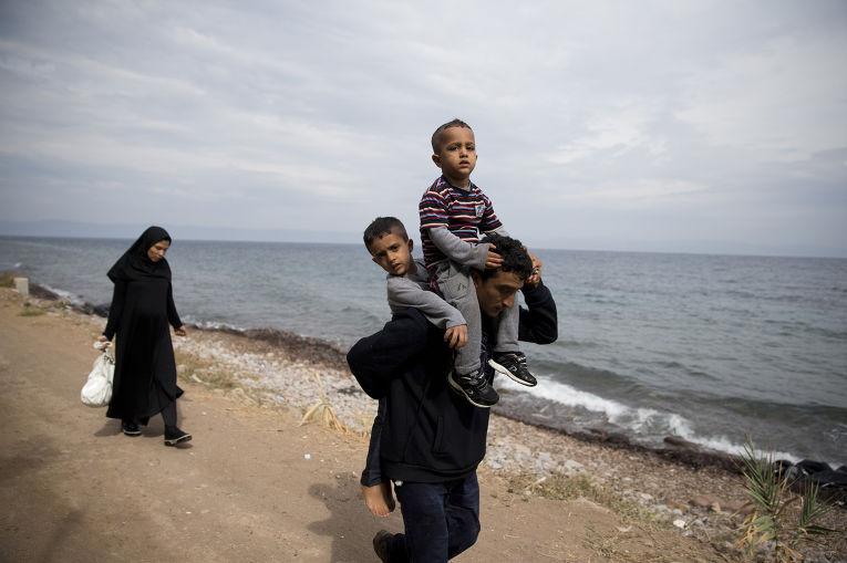 Семья беженцев из Афганистана на острове Лесбос
