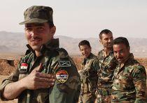 Военнослужащий сирийской армии демонстрирует нашивку с портретом президента Сирии Башара Асада на сирийско-ливанской границе на западе провинции Дамаск