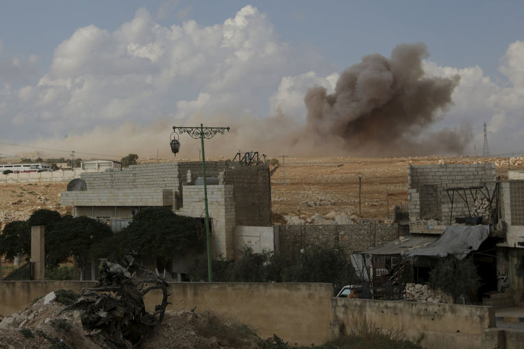 Последствия авиаудара, который, по словам активистов, был совершен российской авиацией, в городе Маарет аль-Нуман в провинции Идлиб
