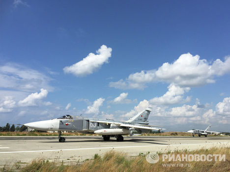 """Российские Су-24 садятся на авиабазе """"Хмеймим"""", Сирия"""
