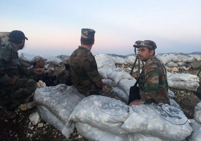 Военнослужащие сирийской армии в районе поселения Араму на севере сирийской провинции Латакия