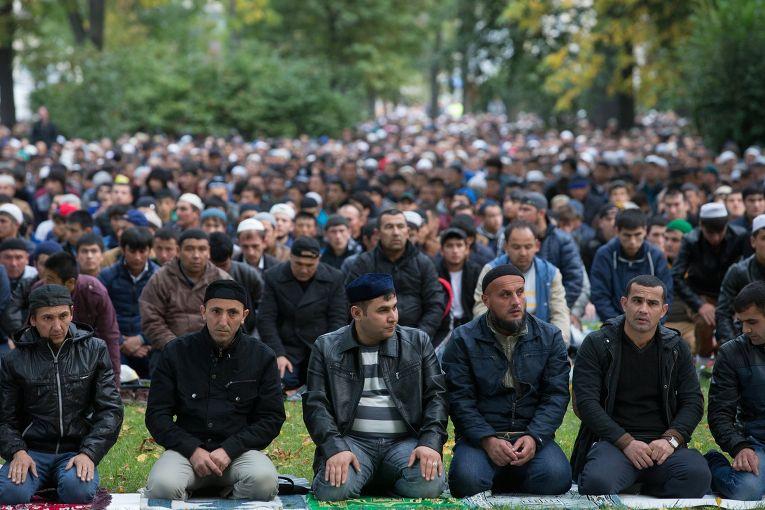Мусульмане во время праздника Курбан-Байрам в Санкт-Петербурге