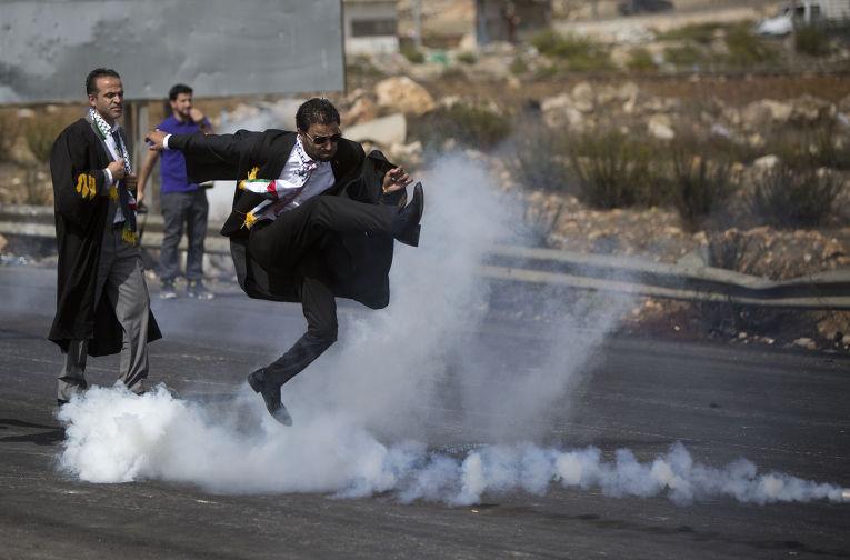 Палестинские адвокаты во время столкновений с израильской полицией рядом с городом Рамалла на Западном берегу реки Иордан