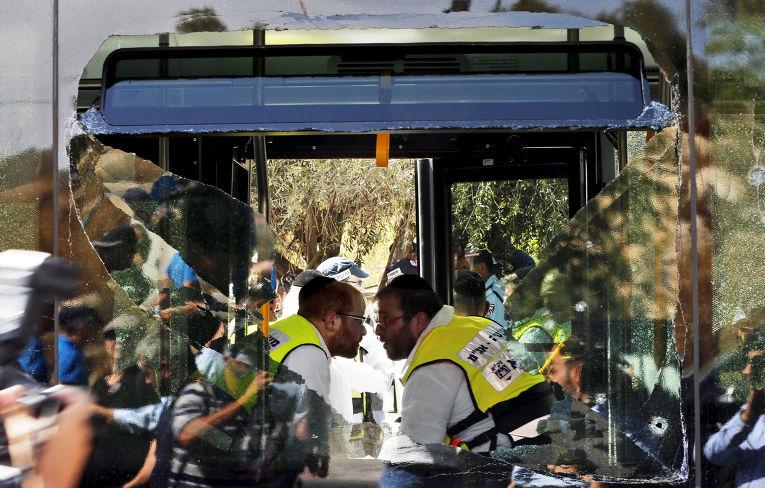 Служба спасения на месте атаки палестинца на пассажирова автобуса в Иерусалиме