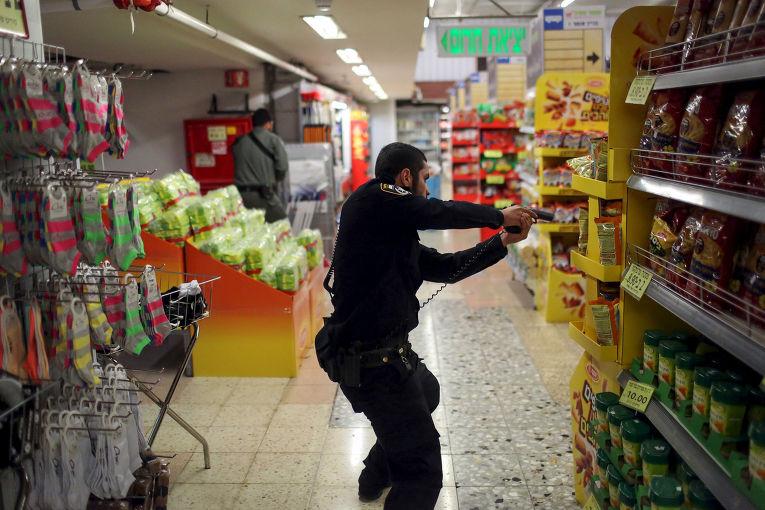 Полицейский в супермаркете на центральной автобусной станции Иерусалима, где было совершено нападание на женщину