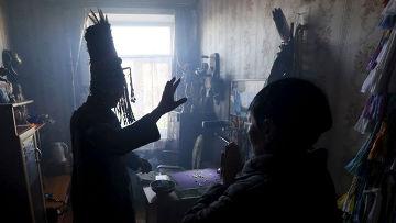 Шаман Юрий Ооржак в своем доме в Кызыле