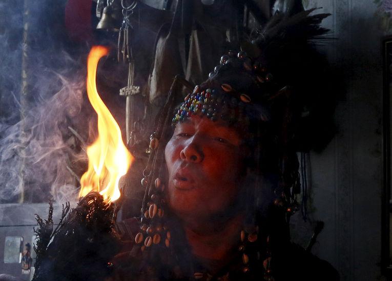 Шаман Юрий Ооржак проводит обряд очищения и предсказания судьбы