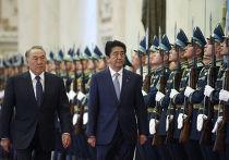 Премьер-министр Японии Синдзо Абэ и президент Казахстана Нурсултан Назарбаев во время встречи в Астане