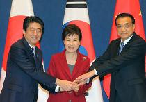 Премьер-министр Японии Синдзо Абэ, президент Республики Корея Пак Кын Хе и премьер-министр КНР Ли Кэцян на трехстороннем саммите в Сеуле