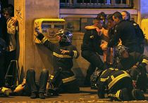 Полиция у театра Батаклан в 11-м округе Парижа, где неизвестные задерживают заложников