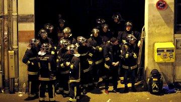 Спасатели у театра Батаклан в 11-м округе Парижа, где неизвестные удерживали заложников