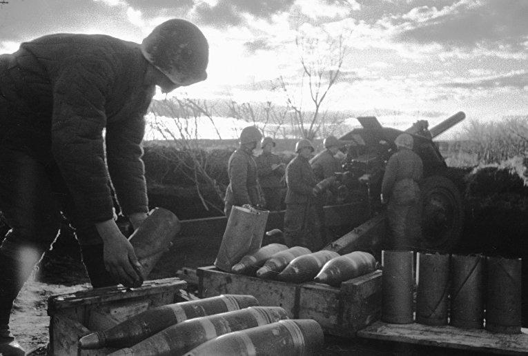 Боец готовит снаряды для орудия