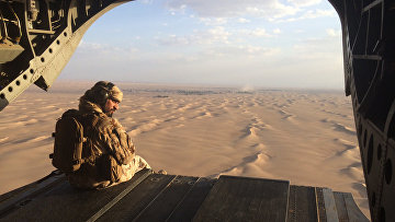 Военный вертолет Объединенных Арабских Эмиратов летит над территорией Йемена