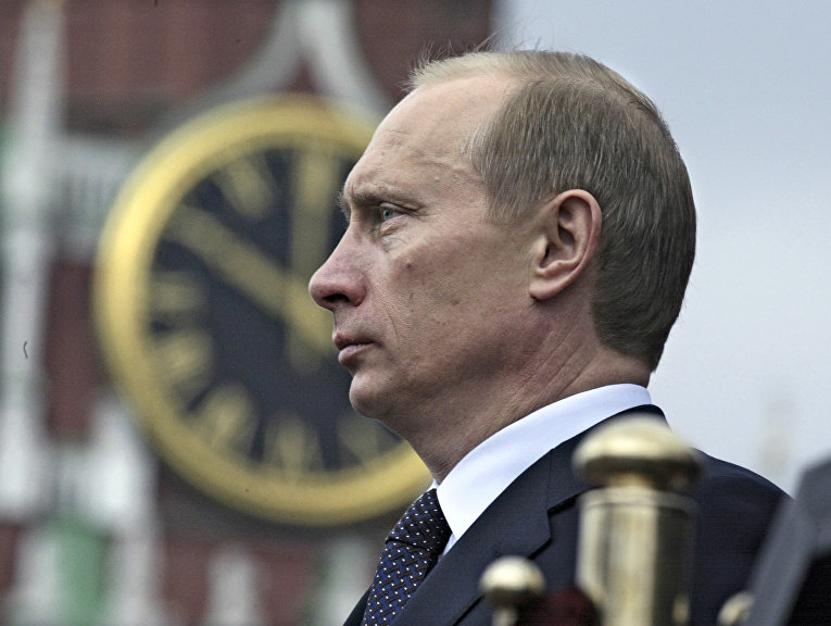 Владимир Путин смотрит парад в честь Дня Победы на Красной площади, 9 мая 2004 года