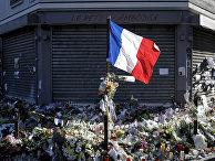Флаг Франции и цвета у входа в ресторан Le Petit Cambodge в Париже, где произошел теракт