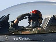 Турецкий пилот на авиабазе в Конье