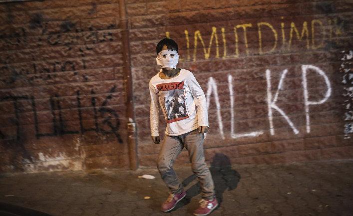 Столкновения турецкой полиции с курдами в Стамбуле, начавшиеся после похорон Азиза Гулера, убитого на севере Сирии