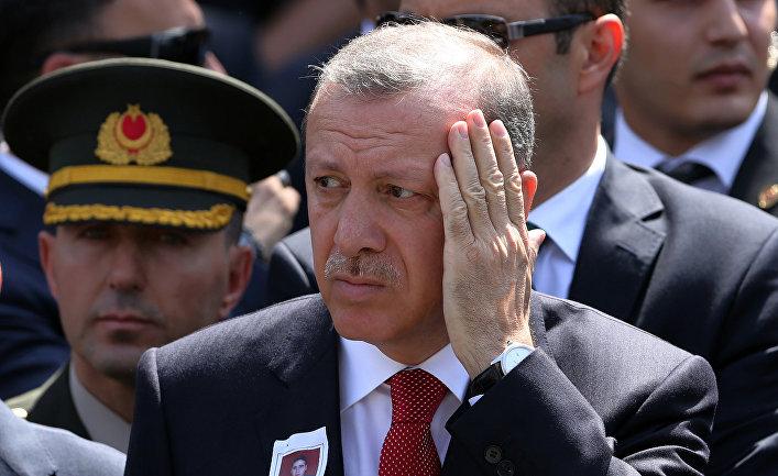Президент Турции Реджеп Тайип Эрдоган на похоронах Окана Тосана, офицера турецкой армии, погибшего во время столкновений с курдскими повстанцами