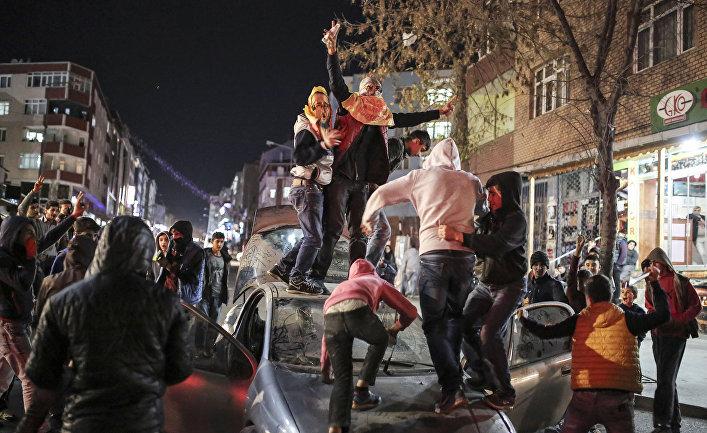 Столкновения в Стамбуле, начавшиеся после похорон курда Азиза Гулера, убитого на севере Сирии