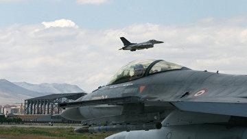Турецкие истребители F-16 во время учений «Анатолийский орел» на авиабазе в Конье