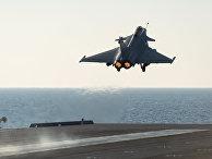Истребитель «Рафаль» взлетает с палубы авианосца «Шарль де Голль»