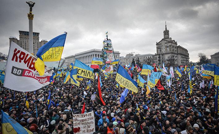 Сторонники евроинтеграции Украины во время митинга на площади Независимости в Киеве