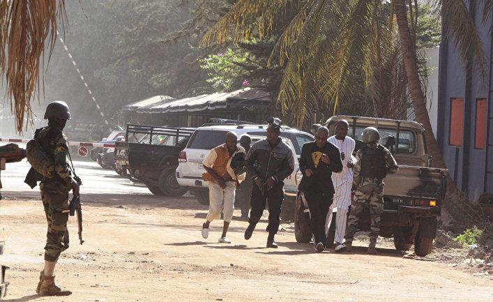 Заложники, освобожденные из захваченного отеля Radisson Blu в Бамако