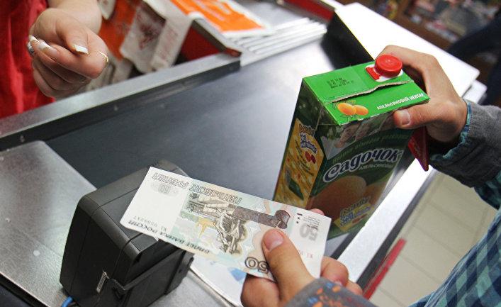 Кассир одного из магазинов Симферополя принимает российские рубли к оплате за покупку