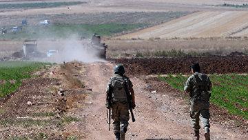 Турецкие солдаты патрулируют границу с Сирией