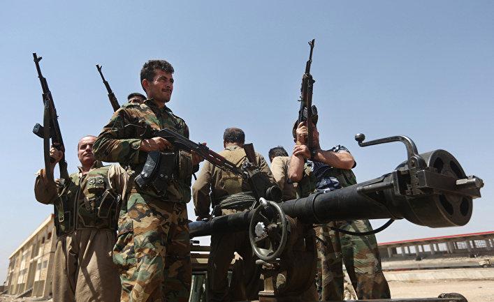 Бойцы курдских военизированных формирований пешмерга перед боем с боевиками «Исламского государства»