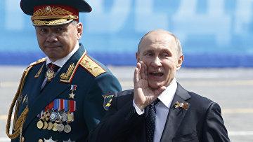 Владимир Путин и Сергей Шойгу приветствуют ветеранов после парада Победы на Красной площади