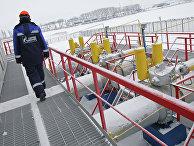 """Работник """"Газпрома"""" на газоизмерительной станции"""