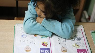 Ученица на уроке чтения