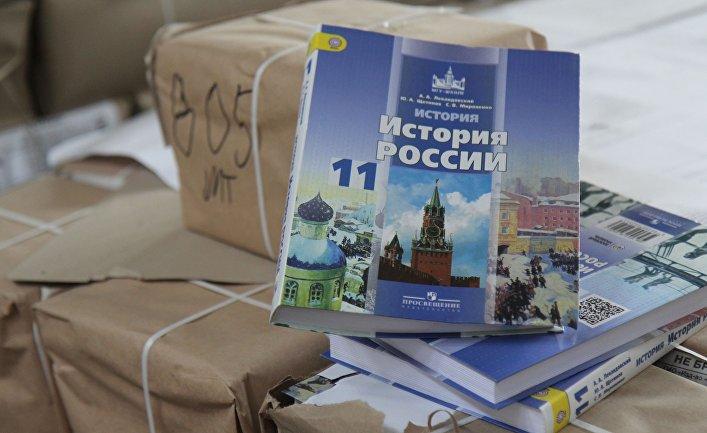 Партия российских учебников по истории России для 11 класса для крымских школ на одном из складов в Симферополе