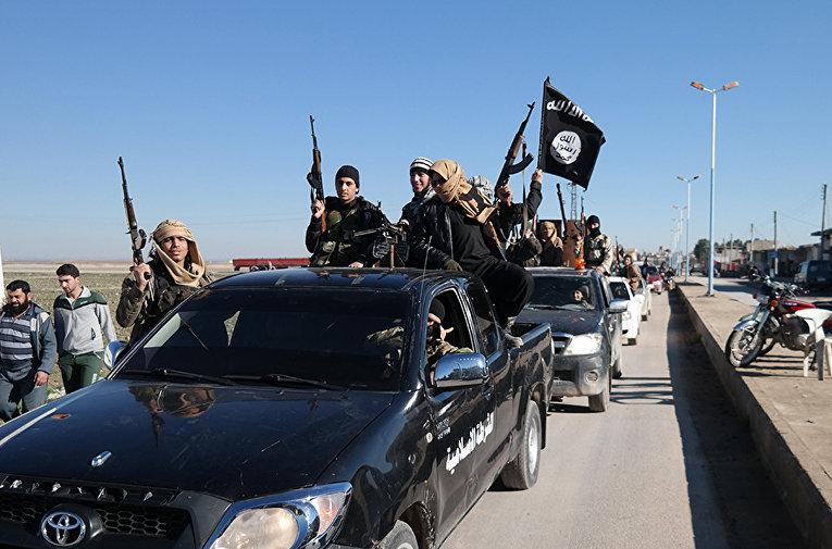 Боевики Исламского государства в городе Тель-Абьяд на северо-востоке Сирии