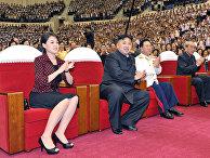 Ким Чен Ын и его жена Ли Соль Чжу смотрят выступление ансамбля «Моранбон» на концерте, посвященном 59-летию окончания Корейской войны