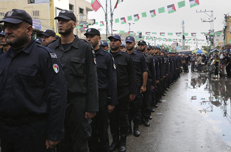 Полицейские принимают участие в параде в честь 28-летия основания движение ХАМАС