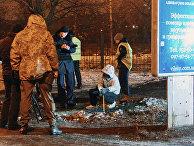 Сотрудники правоохранительных органов работают на месте взрыва у здания Московского районного суда в Харькове