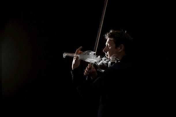 Французский инженер и скрипач Лоран Бернадек играет на скрипке 3Dvarius