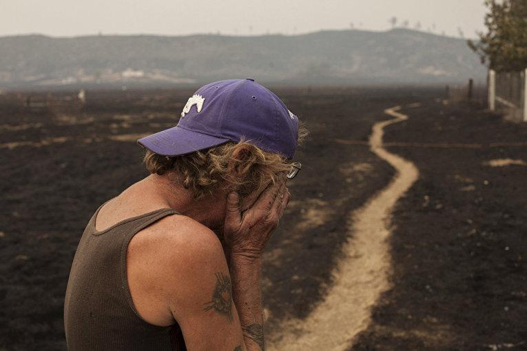 Роберт Хупер, чей дом сгорел во время лесных пожаров в окрестностях города Миддлтон, Калифорния