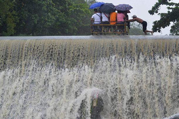 Наводнение в городе Лас-Пиньяс, Филиппины, вызванное тайфуном «Коппу»